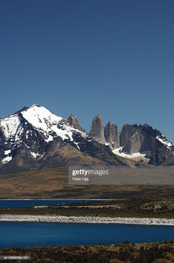 Chile, Patagonia, Torres del Paine, Mountain and lake : Stockfoto