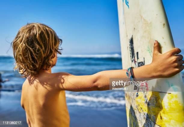 chile, pichilemu, boy standing at the sea with surfboard - 6 7 anni foto e immagini stock