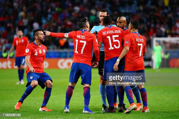 Chile players argue with Referee Wilmar Roldan during the Copa America Brazil 2019 Semi Final match between Chile and Peru at Arena do Gremio on July...
