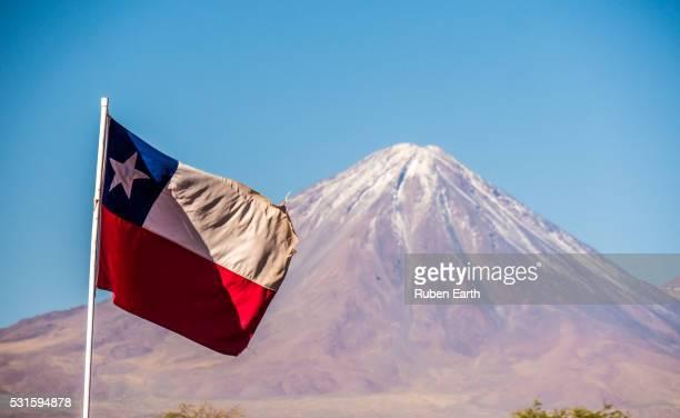 chilean flag and licancabur volcano - bandiera del cile foto e immagini stock