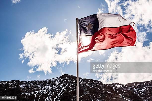 chilean flag and mountains - bandiera del cile foto e immagini stock