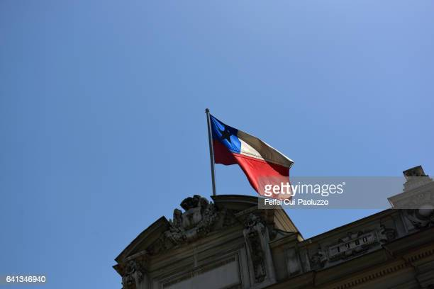 chilean flag on the top of building of supreme court of chile in santiago of chile - bandera chilena fotografías e imágenes de stock