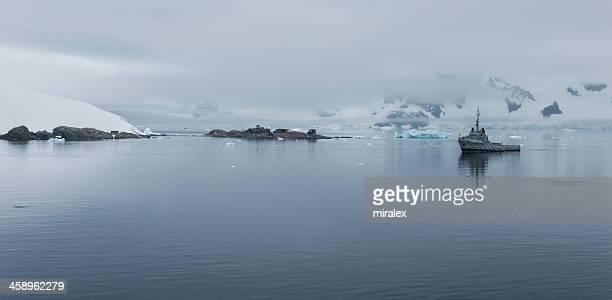 chilean gonzález videla base in paradise bay, antarctica - antarctic sound stockfoto's en -beelden