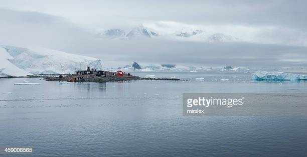 chilean gonzález videla base in paradise bay, antarctica - houses in antarctica stock pictures, royalty-free photos & images