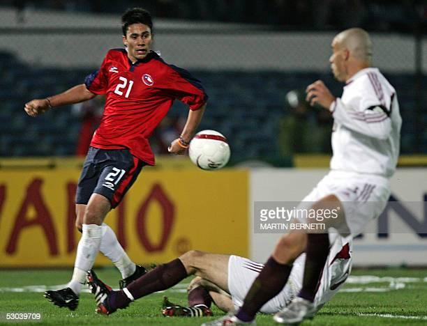 Chilean Luis Jimenez vies with Venezuelan Jose Rey 08 June 2005 in Santiago during their FIFA World Cup Germany 2006 South American qualifying round...