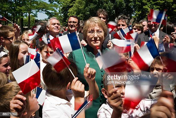 Chilean president Michelle Bachelet salutes children on May 30, 2009 during a visit of Chassagne-Montrachet in the Burgundy region, the village of...