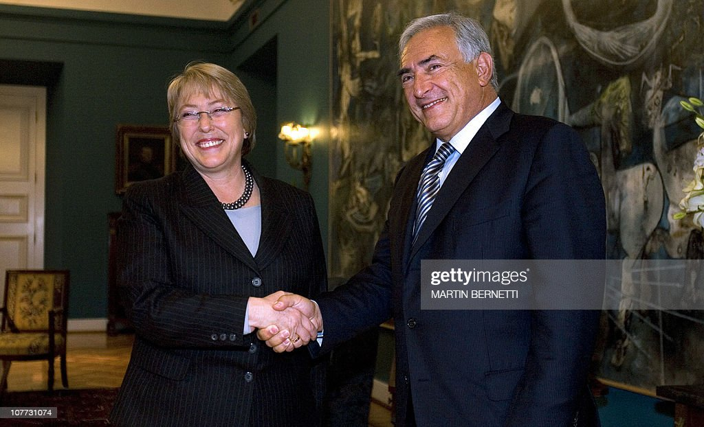 Chilean president Michelle Bachelet (L) : News Photo