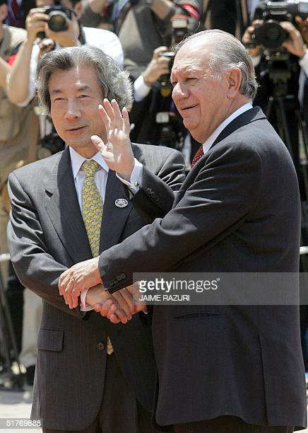 Chilean President Ricardo Lagos and Japanese Prime Minister Junichiro Koizumi pose for the photographer prior to the APEC Summit leaders's meeting,...