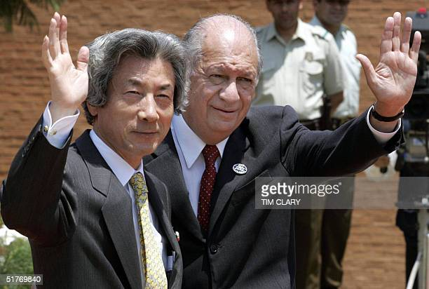 Chilean President Ricardo Lagos and Japanese Prime Minister Junchiriro Koizumi wave prior to the first meeting of the APEC Summit leaders, 20...