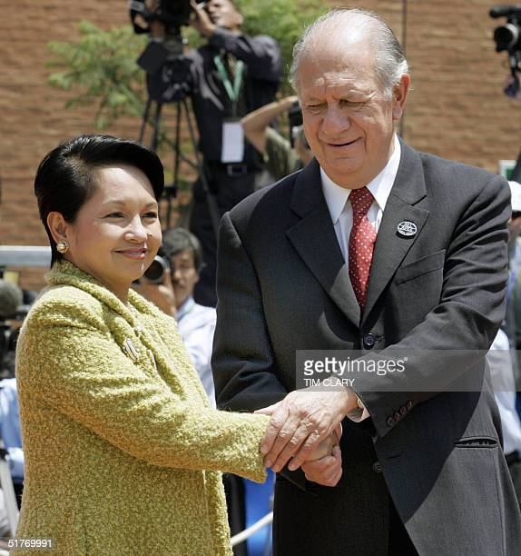 Chilean President Ricardo Lagos and Philippines' President Gloria Arroyo shake hands prior to the first meeting of the APEC Summit leaders, 20...