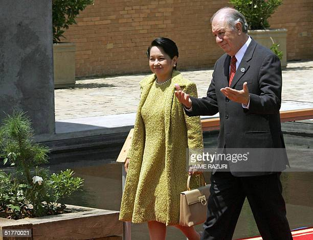 Chilean President Ricardo Lagos and Philippines President Gloria Arroyo walk to the room meeting prior to the first session of the APEC Summit...