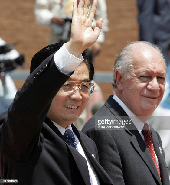 Chilean President Ricardo Lagos welcomes Chinese President Hu Jintao prior to the first meeting of the APEC Summit leaders, 20 November 2004 in...