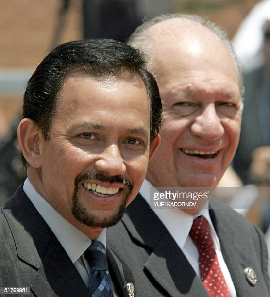 Chilean President Ricardo Lagos welcomes the Sultan of Brunei Sir Bolkiah Hassanal prior to the first meeting of the APEC leaders' Summit, 20...