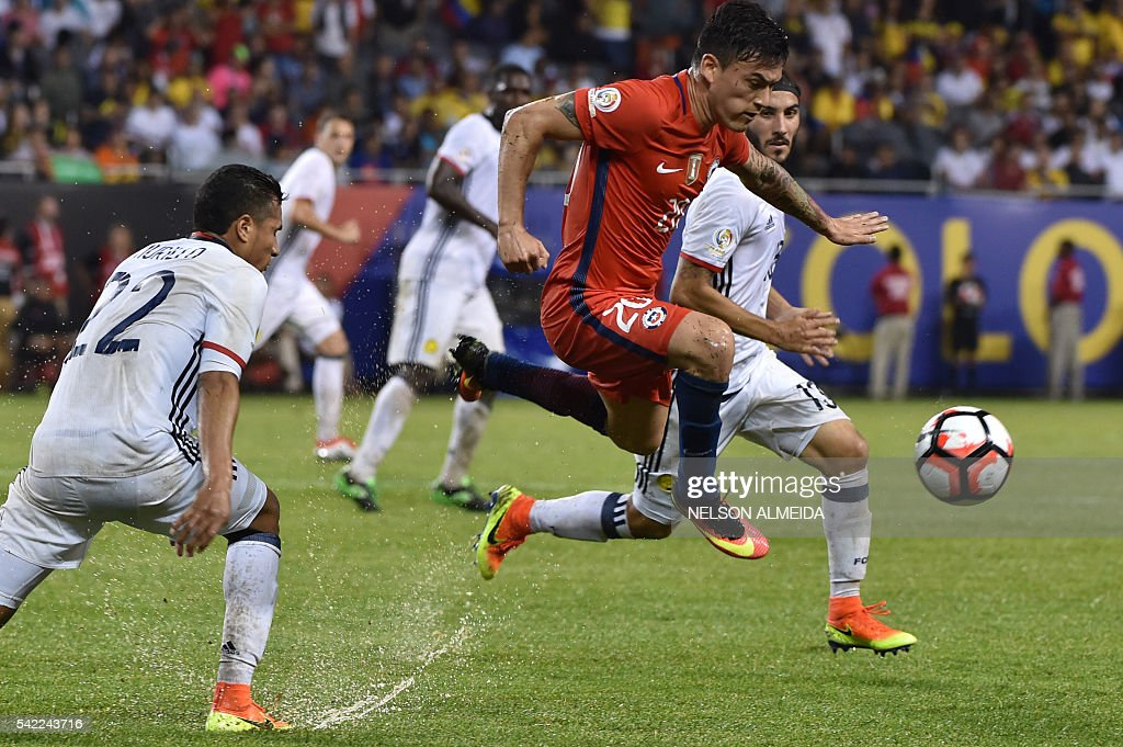 TOPSHOT - Chile's Charles Aranguiz (C) vies for the ball with Colombia's Sebastian Perez (R) and Colombia's Jeison Murillo (L) during a Copa America Centenario semifinal football match in Chicago, Illinois, United States, on June 22, 2016. / AFP / Nelson ALMEIDA