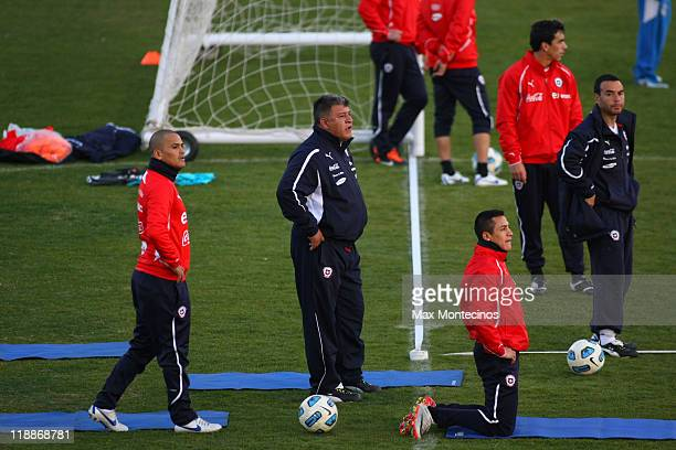 Chile´s coach Claudio Borghi looks to his players during a trainning session during the Copa America 2011 on July 11 2011 in Mendoza Argentina