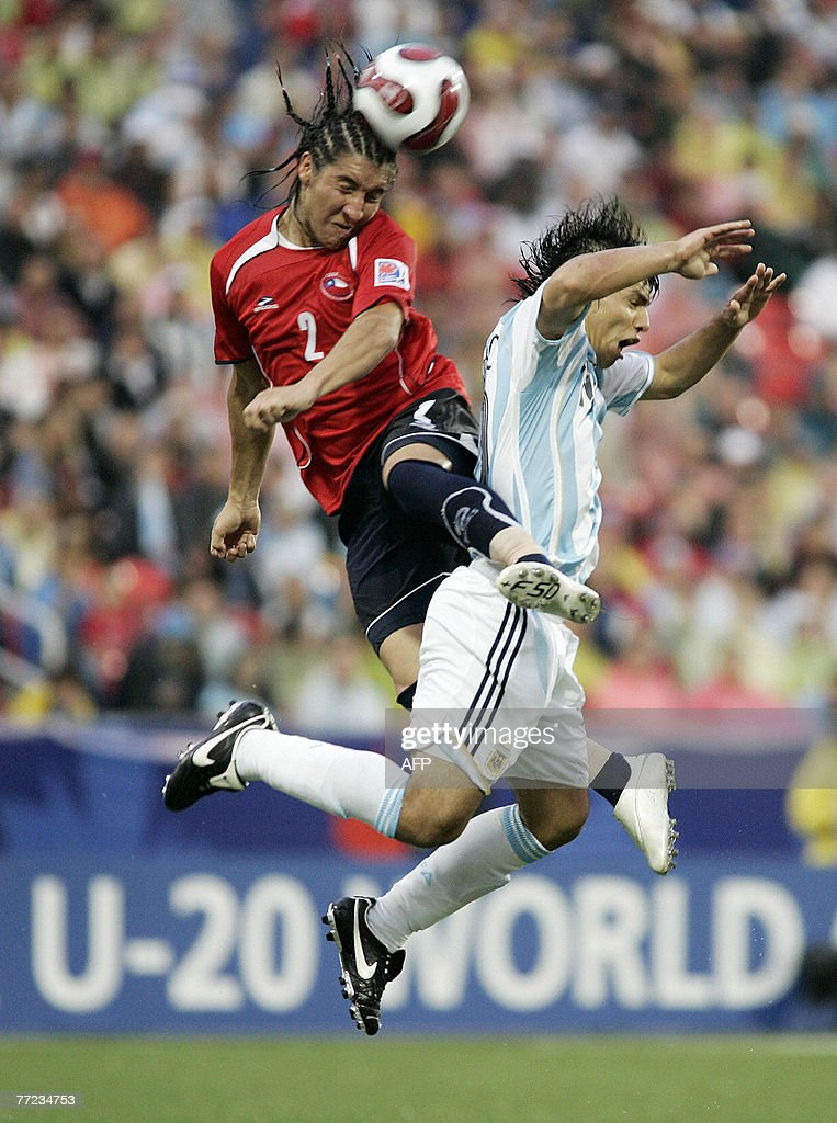 Chile's Cristian Suarez (L) heads the ball above Argentina's Ever Banega (R) during their semi-final match at the FIFA U-20 World Cup 19 July 2007 in Toronto, Ontario, Canada.