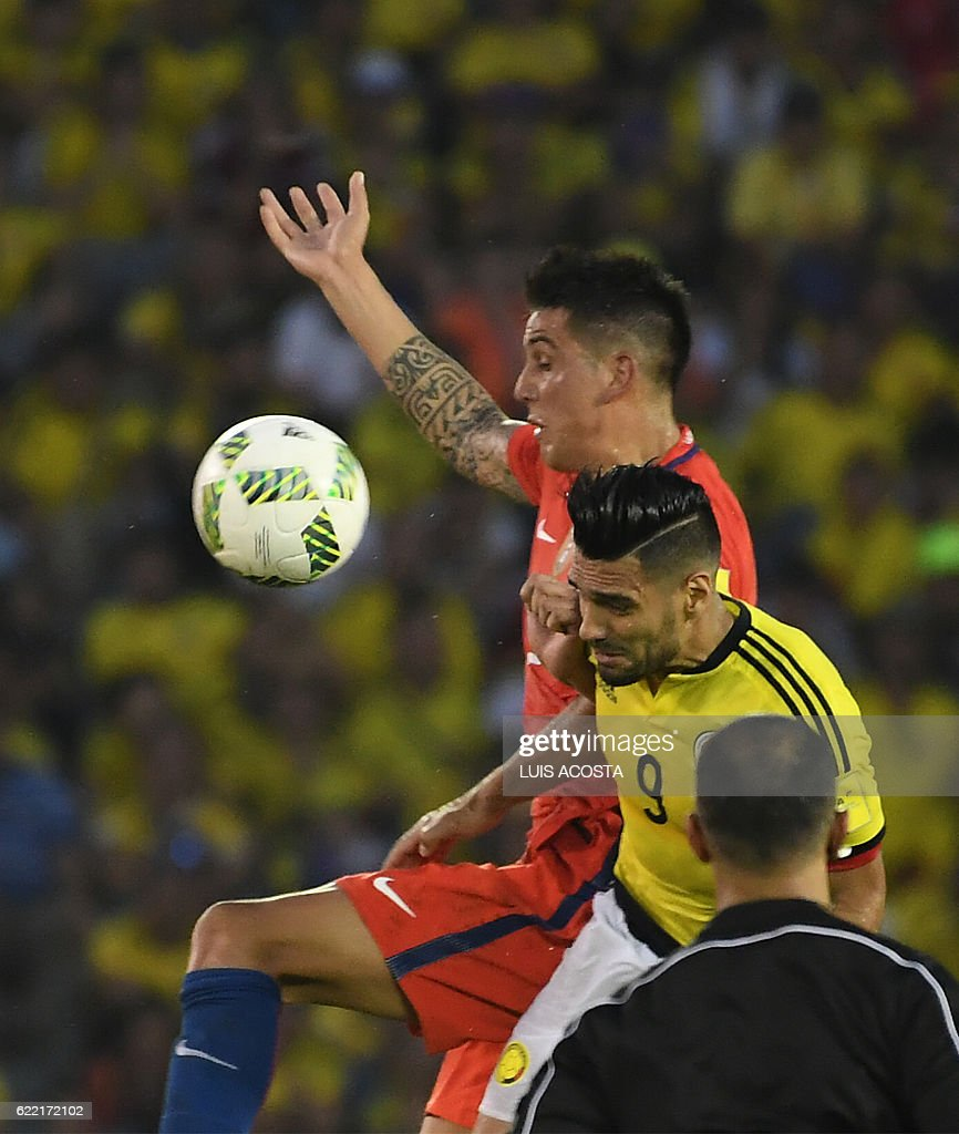 Chile's defender Enzo Roco and Colombia's Radamel Falcao vie for the ball during their 2018 FIFA World Cup qualifiers football match in Barranquilla, Colombia, on November 10, 2016. / AFP / Luis Acosta