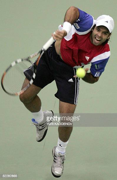 Chile's Fernando Gonzalez serves to Russian Marat Safin during their Davis Cup tennis match in Moscow 06 March 2005 AFP PHOTO / YURI KADOBNOV