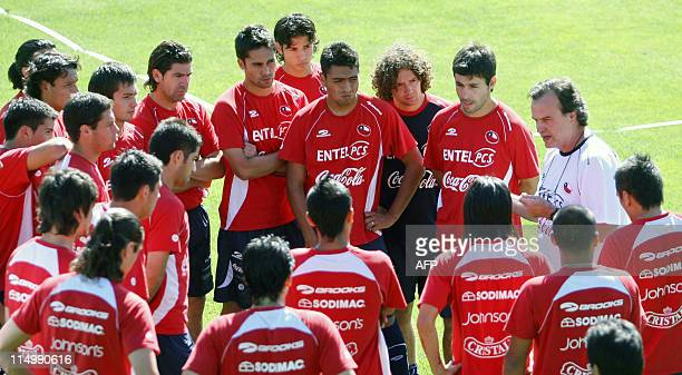 Chile's football team coach Argentine Marcelo Bielsa gives instructions to his players during a training session in Santiago on 13th November 2007...