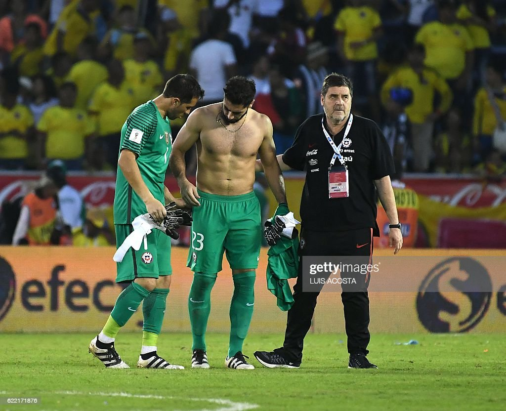 Chile's goalkeepers Claudio Bravo (L) and Johnny Herrera react at the end of their 2018 FIFA World Cup qualifiers football match against Colombia in Barranquilla, Colombia, on November 10, 2016. / AFP / Luis Acosta