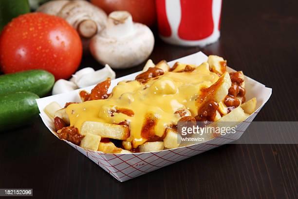 Pommes frites mit chili und Käse überbacken
