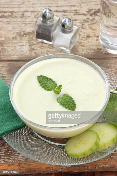Frío sopa de pepino