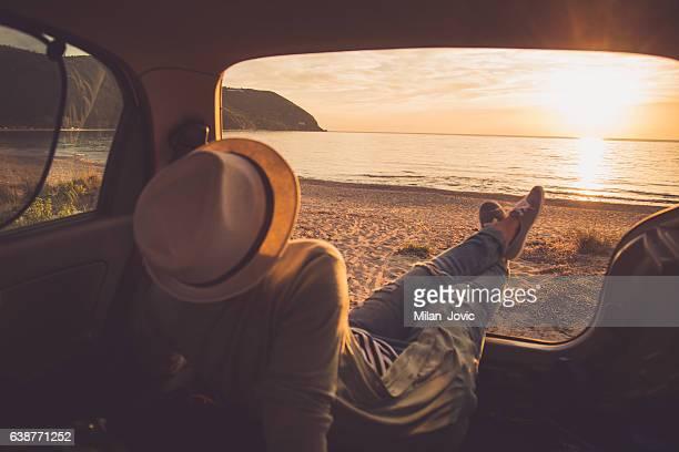 chillin im meinem auto - camping stock-fotos und bilder