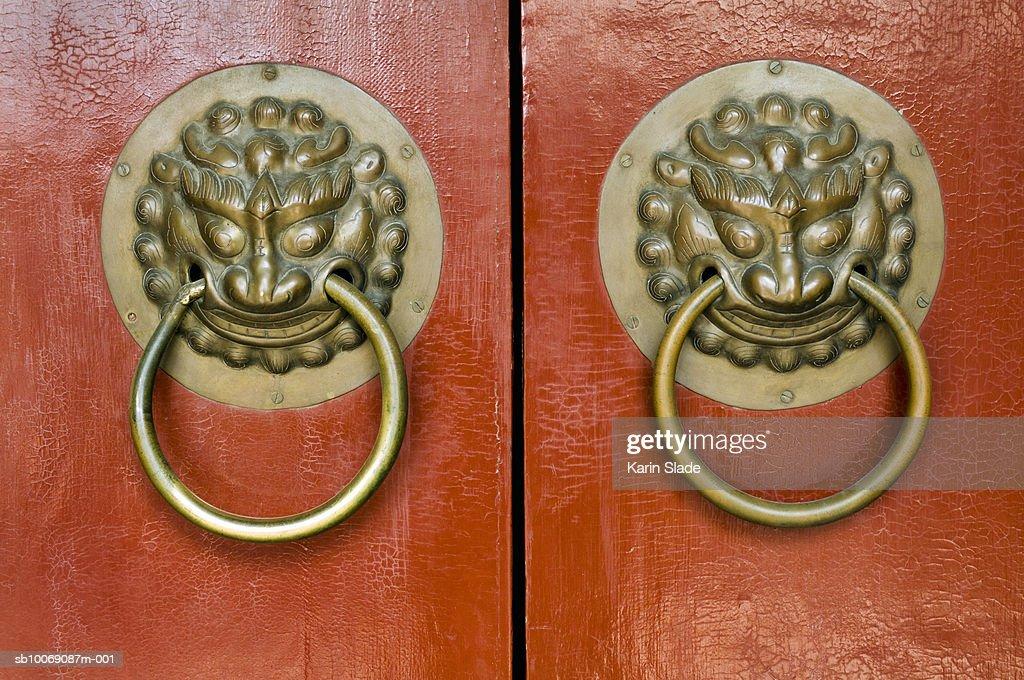 China, Beijing, Lion door handles : Stockfoto