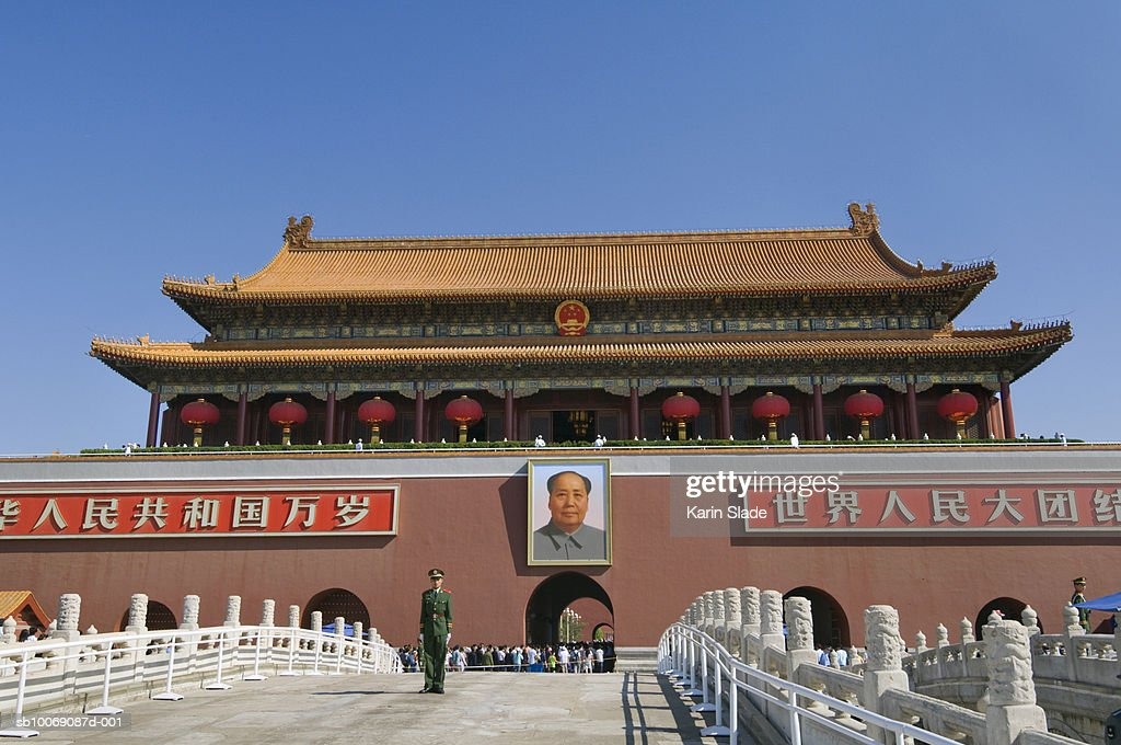 China, Beijing, Soldier standing in front of Mao Zedong portrait on Tiananmen Gate Of Heavenly Peace : Stockfoto