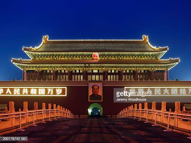china, beijing, tiananmen gate of heavenly peace, dusk - mao tsé toung stockfoto's en -beelden