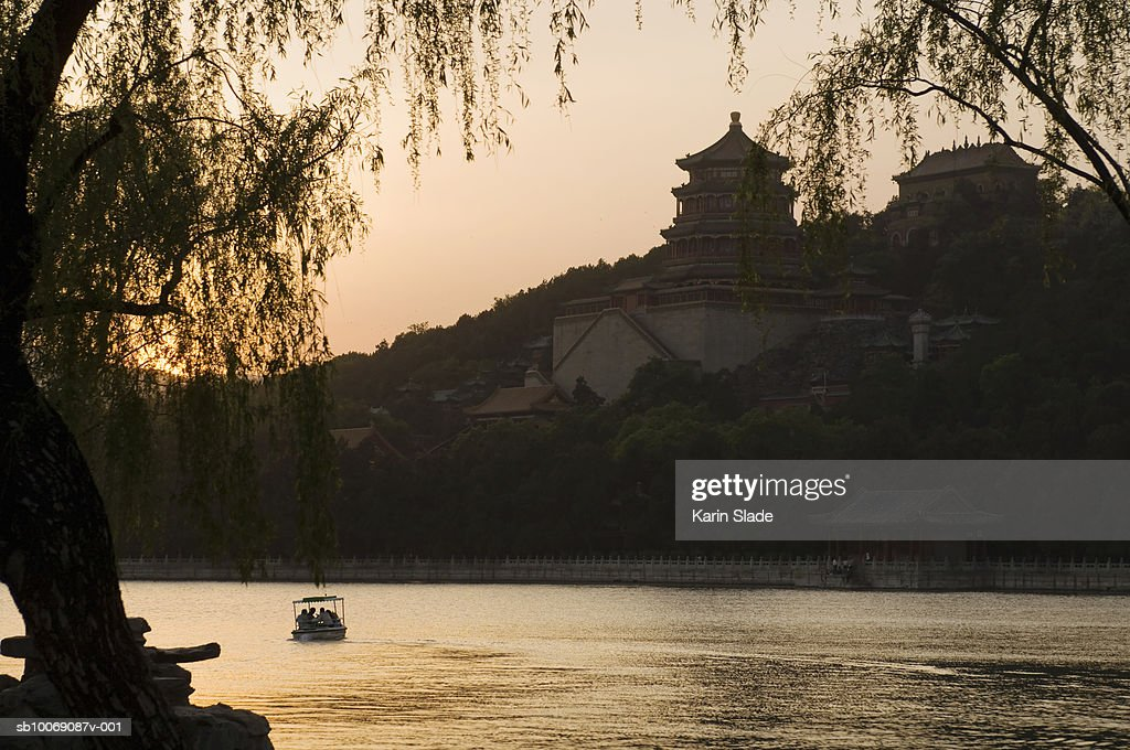 China, Beijing, Tourists with paddle boat in Kunming Lake : Stockfoto