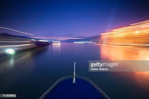 china, chongqing province, yangzi river, city of chongqing, yangzi river cruiseship entering chongqing port, dusk - schiffsbug stock-fotos und bilder
