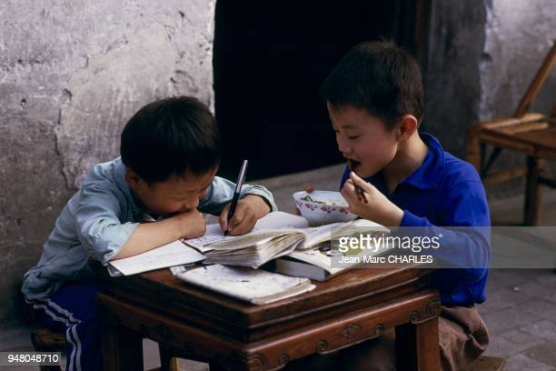 doing homework and eating in the alleyways of Wuxi Chine faire ses devoirs et manger dans les ruelles de Wuxi