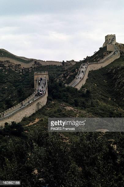 China En Chine à travers des montagnes recouvertes de végétation le mur de fortification de la Grande Muraille parcouru par des visiteurs