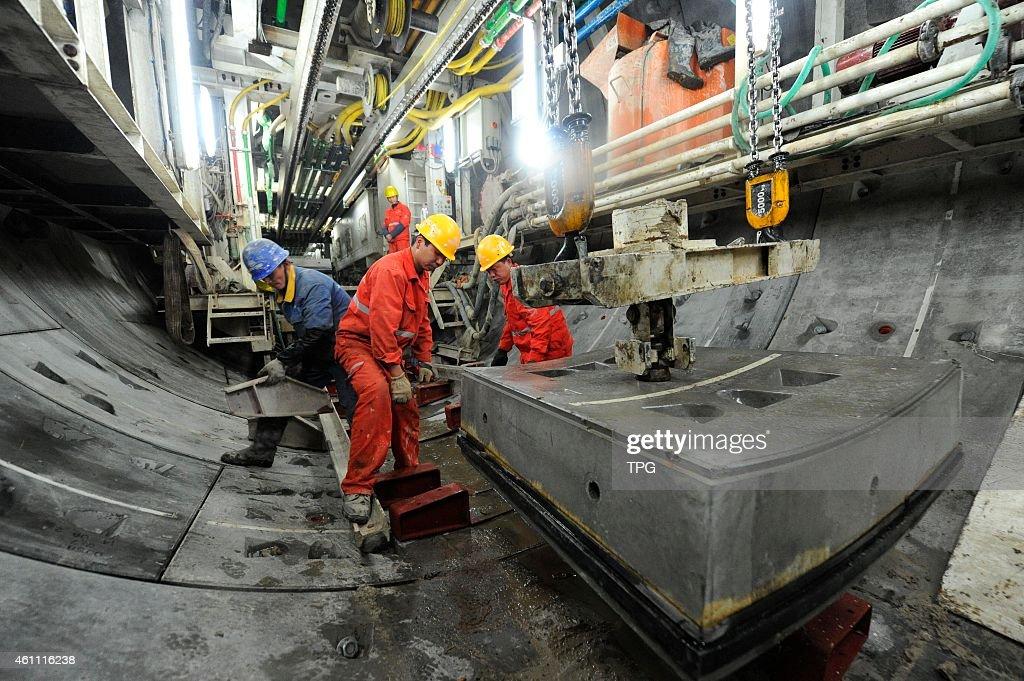 subway tunnel under Yellow River : News Photo