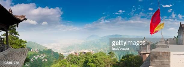 中国国旗と仏塔の神聖な山のパノラマ kongtong 甘粛省 - 甘粛省 ストックフォトと画像