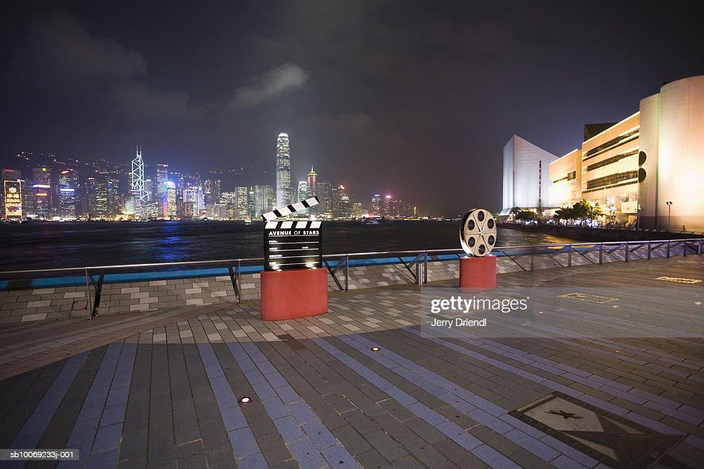 China, Hong Kong, Kowloon, Avenue of the Stars and skyline at night : Stockfoto