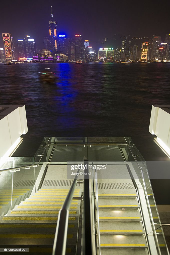 China, Hong Kong, Kowloon, Skyline from escalators of observation deck at night : Stockfoto