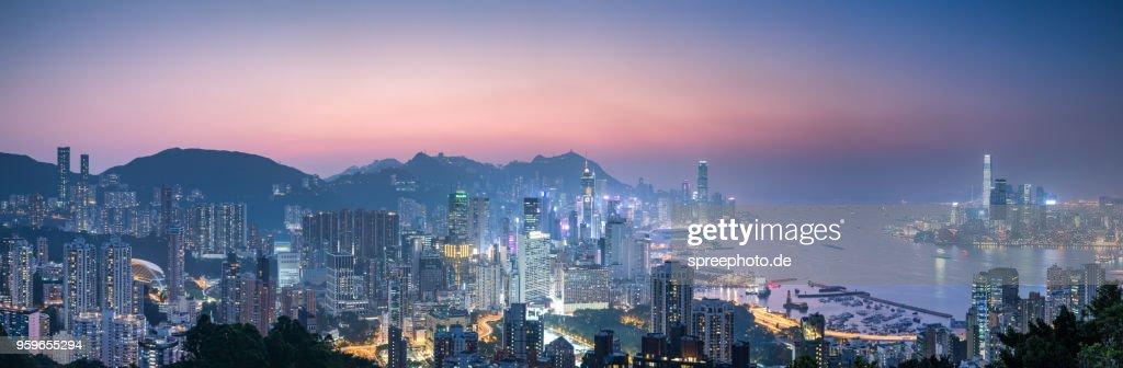 China, Hong Kong skyline panorama at night : Stock-Foto