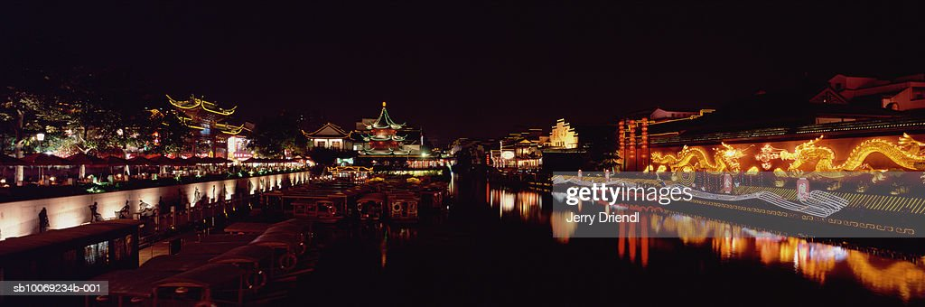 China, Jiangsu Province, Nanjing, tour boats moored on banks of Qin Huai River : Stockfoto