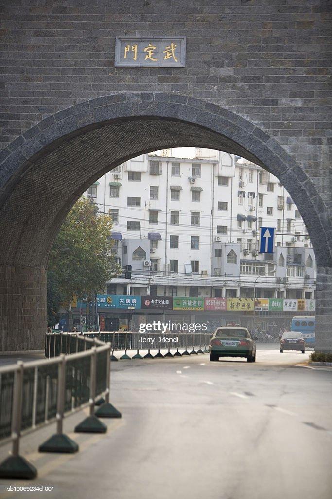 China, Jiangsu Province, Nanjing, Traffic moving through Zhonghua Gate : Stockfoto