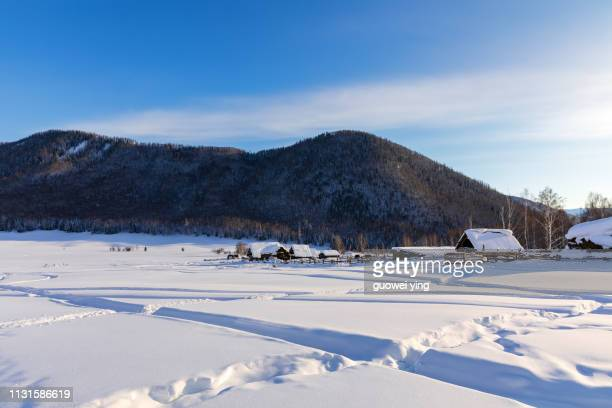 china kuitun snow mountain, xinjiang, china - 目的地 fotografías e imágenes de stock