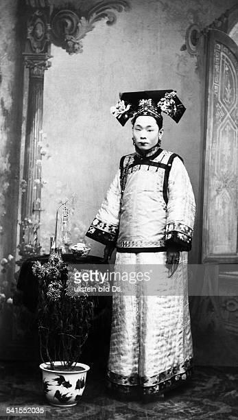 China, Manchuria, Manchurian woman in festive dress - Published by: 'Praktische Berlinerin' 22/1911Vintage property of ullstein bild