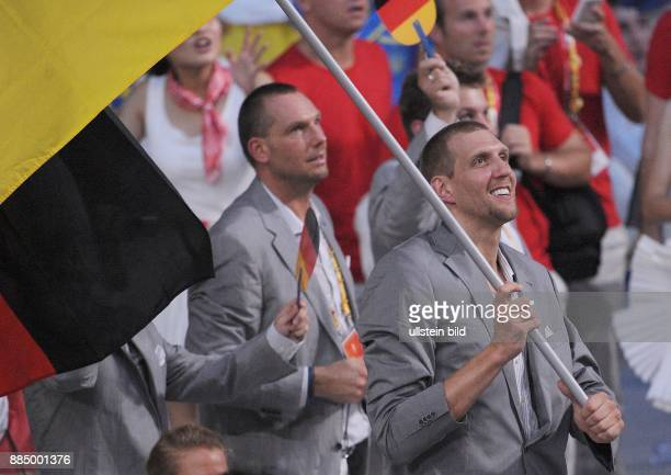 29 Olympische Spiele 2008 Eroeffnungsfeier Dirk Nowitzki traegt die deutsche Flagge beim Einmarsch der Sportler