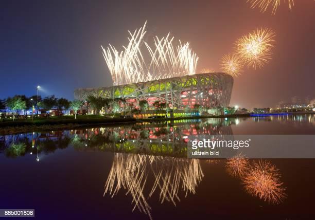 Olympische Spiele 2008 Eroeffnungsfeier Feuerwerk ueber dem National Stadion