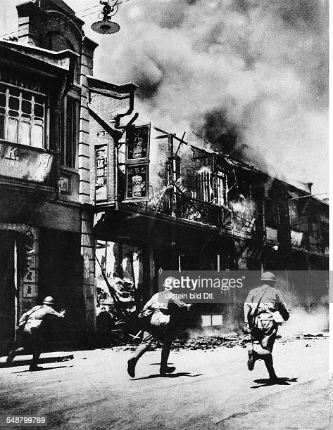 China Second SinoJapanese War 19371945 Battle of Shanghai Japanese soldiers on the attack in a street around Oct 1 1937 Vintage property of ullstein...