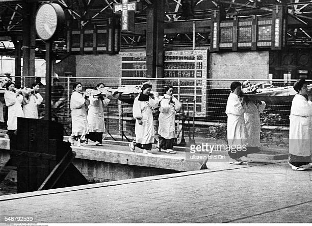 China Second SinoJapanese War 19371945 Japanese women medics carry wounded to a hospital train that is going to take them to Shanghai January /...