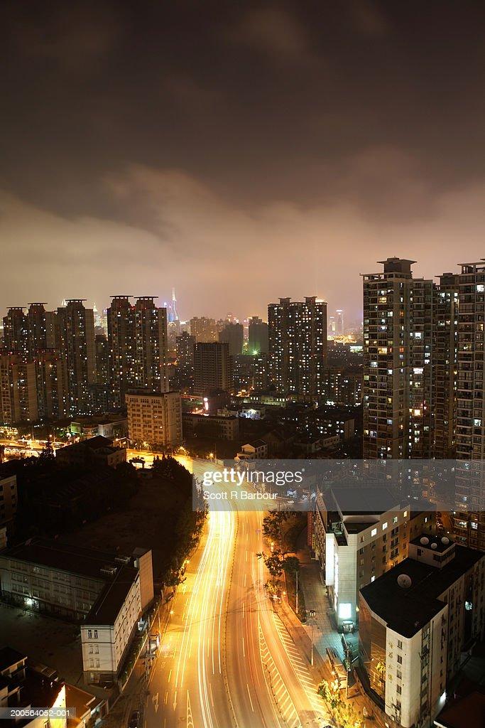 China, Shanghai, apartment blocks in cityscape : Foto de stock