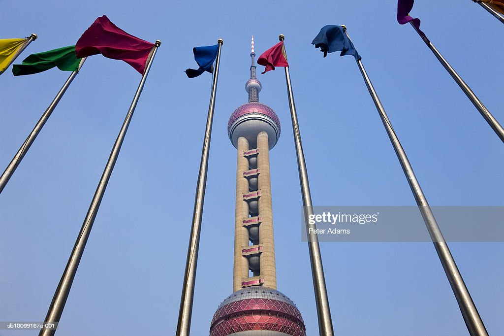 China, Shanghai, Oriental Pearl Tower, low angle view : Stockfoto