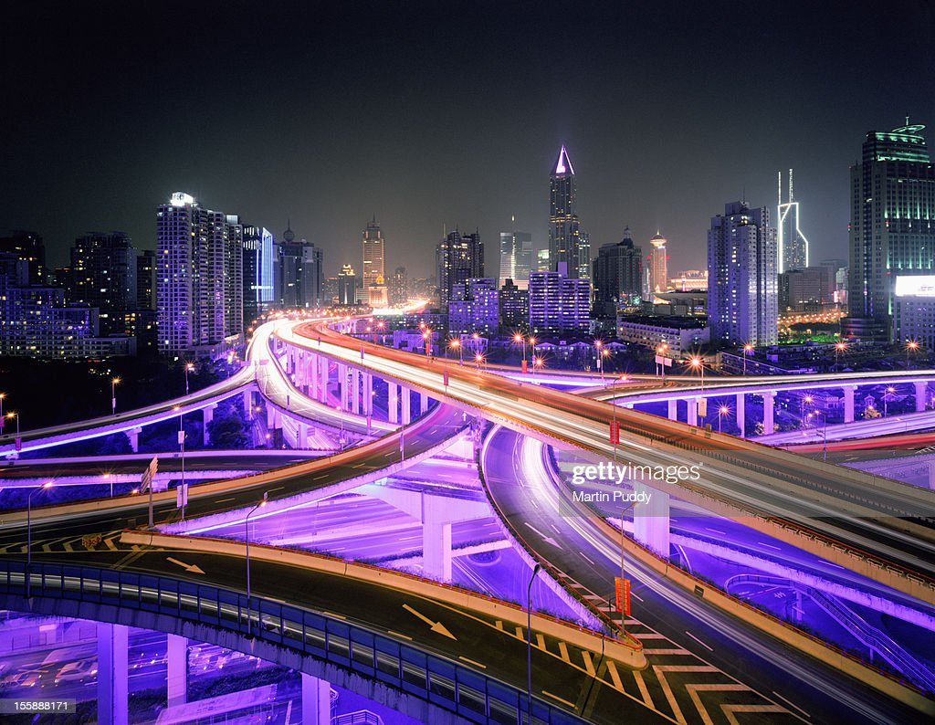China, Shanghai, road intersection at night : Bildbanksbilder